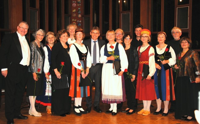 From left : Tenor T. Ringereide, pianist C. Ignatieff, M. Viia-Maiste director of Ottawa Finnish Singers, with the Finnish Ambassador Vesa Lehtonen in the middle, Toronton Pelimannit Folk Ensemble, and at far right director P. Hietala, soprano S. Elizabeth.