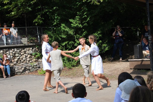 Estonian campers presenting 'Kaera-Jaan' folk dance to camp visitors at the CISV open house – photo by Martin Kiik (2019)