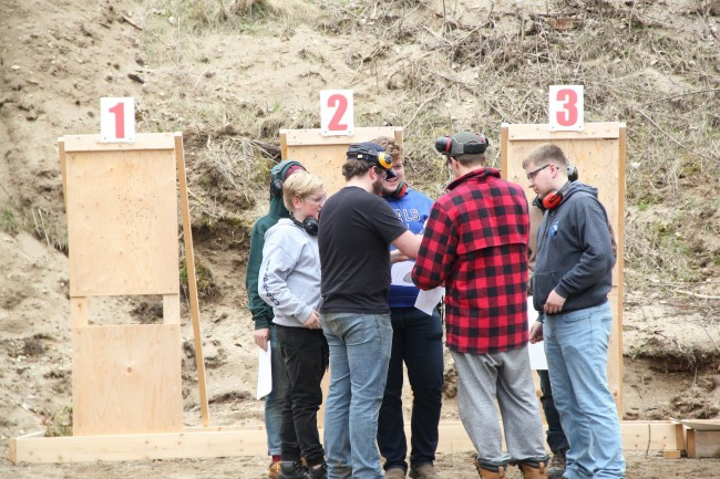 Scouts check out their scores. First scout shooting match at Seedrioru Range Photo: Tauno Mölder (2019)