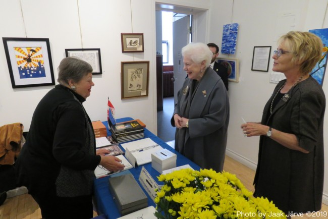 At the recent exhibit of EKKT artists , former president Mai Järve and president Eva Palo welcome visitors to the opening.