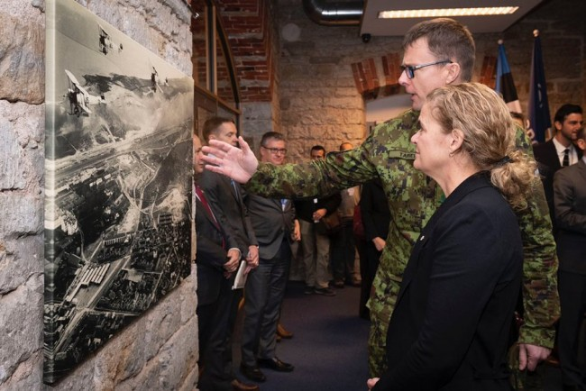Canadian Governor General Julie Payette tours the NATO Cooperative Cyber Defence Centre of Excellence in Estonia on November 28 with the centre's director, Colonel Jaak Tarien, at right. Photo: www.twitter.com/GGJuliePayette (2019)
