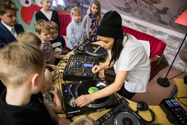 DJ Heidy Purga with young attendees of the festival conference. Photo: TMW