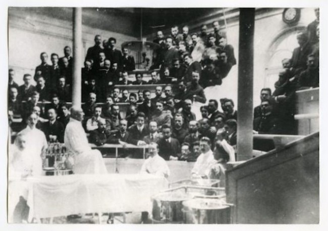 Werner Zoege von Manteuffel (third from the left in the foreground) delivering a lecture, 1900. Photo: dspace.ut.ee
