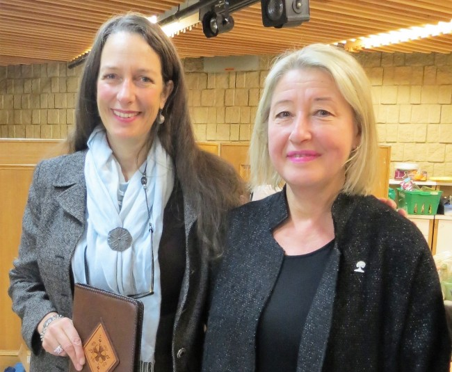 Kelly Schuler, president of the Alberta Estonian Heritage Society and Eva Varangu, president of the Estonian Foundation of Canada, after exchanging gifts at the AEHS Fall Social and website relaunch, Red Deer, Alberta Photo: Helgi Leesment (2017)